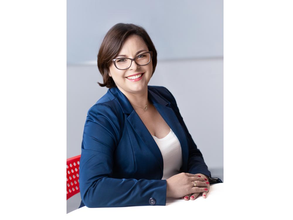Samodzielna Księgowa  emilia.zacharska@taas.pl  +48 690 096965  Emilia jest samodzielną księgową z kilkuletnim doświadczeniem w branży finansowej. Specjalizuje się w prowadzeniu pełnej księgowości spółek oraz sporządzaniu sprawozdań finansowych. Z wykształcenia ekonomista. Absolwentka Uniwersytetu Łódzkiego. Ukończyła studia podyplomowe na SGH Warszawie na kierunku Bankowość oraz liczne specjalistyczne kursy w SKwP. Uwielbia spędzać czas z najbliższymi na łonie natury w otoczeniu wody, która jest dla niej najlepszym akumulatorem.